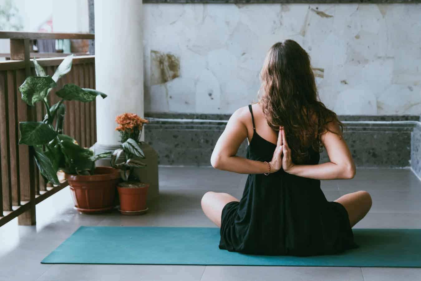 Confira 7 benefícios da yoga e quais as vantagens para o corpo<span class=
